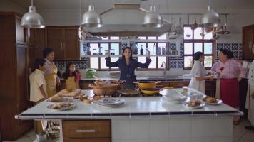 CANELA Beatriz poniendo orden en la cocina
