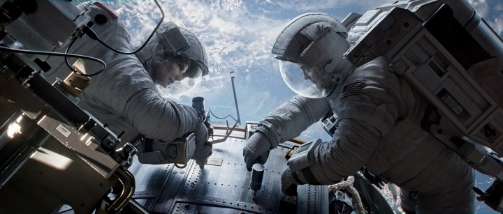 "(C) 2013 WARNER BROS. ENTERTAINMENT INC. Photo Credit: COURTESY OF WARNER BROS. PICTURES Caption: (L-r) SANDRA BULLOCK as Ryan Stone and GEORGE CLOONEY as Matt Kowalski in Warner Bros. Pictures' dramatic thriller ""GRAVITY,"" a Warner Bros. Pictures release."
