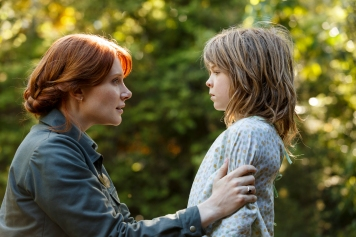 Photo: Disney Pictures Mexico Bryce Dallas Howard is Grace and Oakes Fegley is Pete in Disney's PETE'S DRAGON, the adventure of an orphaned boy and his best friend Elliott, who just so happens to be a dragon.